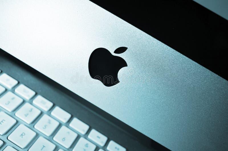 Posto di lavoro. Computer del mackintosh di Apple sullo scrittorio immagini stock
