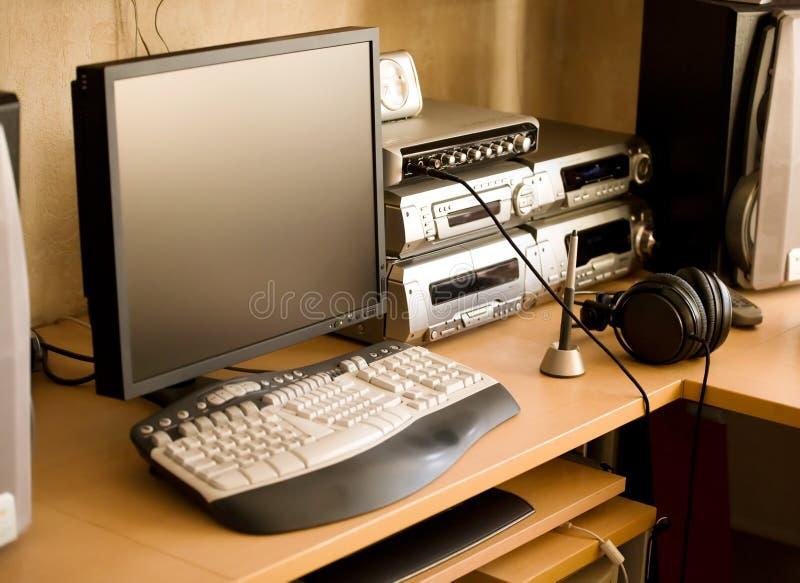 Posto di lavoro con il calcolatore e l'audio strumentazione fotografia stock libera da diritti