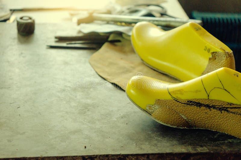 posto di lavoro del creatore di scarpa con lo strumento fotografia stock libera da diritti