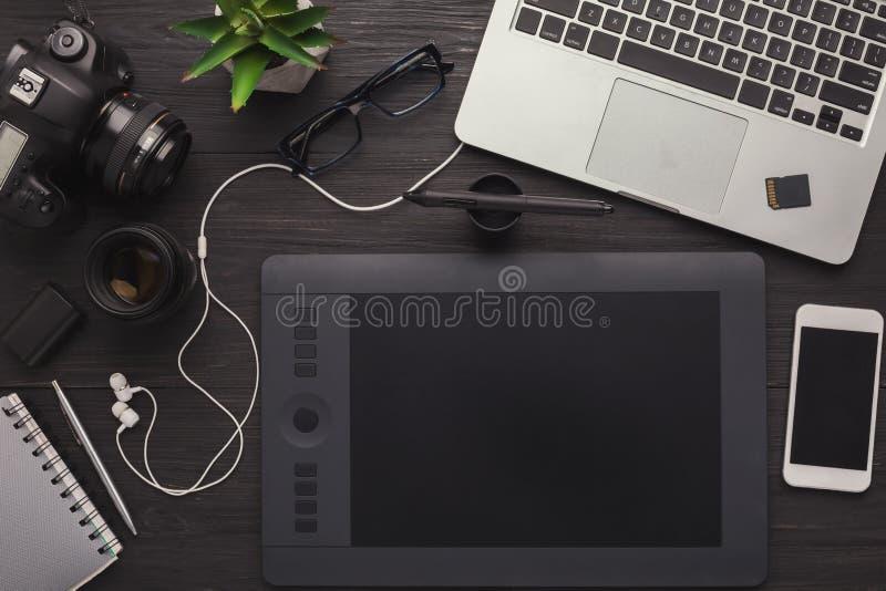 Posto di lavoro del progettista con la tavola ed il computer portatile del grafico immagini stock libere da diritti