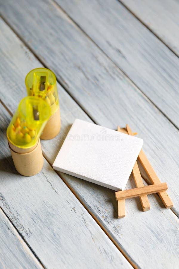 Posto di lavoro dell'artista: Tavola bianca di un artista con gli strumenti di arte per disegnare fotografie stock