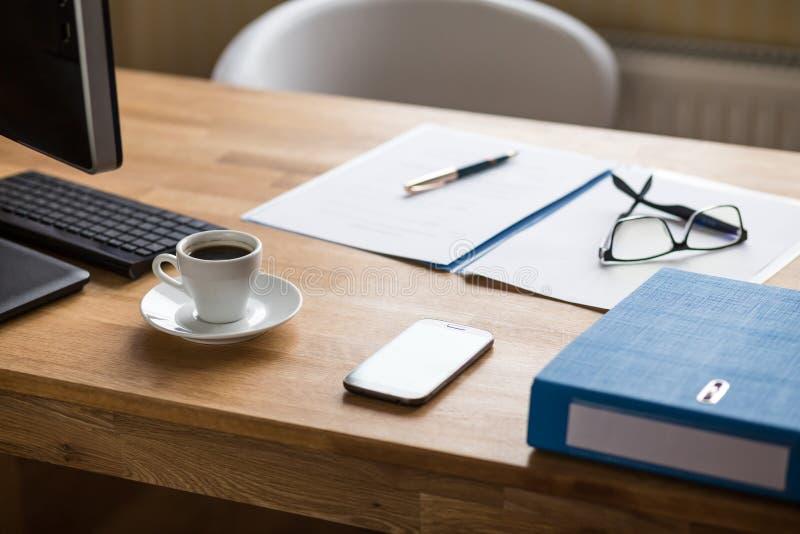 Posto di lavoro di affari con i documenti ed il caffè espresso fotografia stock libera da diritti