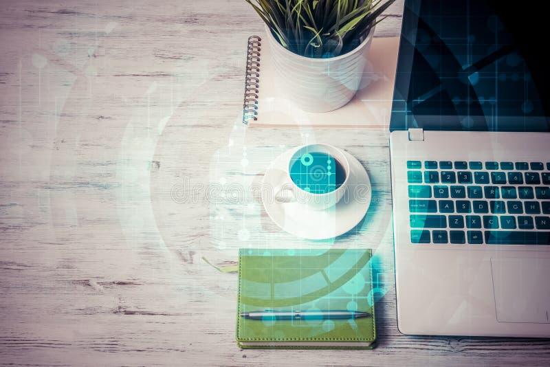 Posto di lavoro di affari con la tazza di caffè del computer portatile ed il concetto o di sicurezza fotografia stock