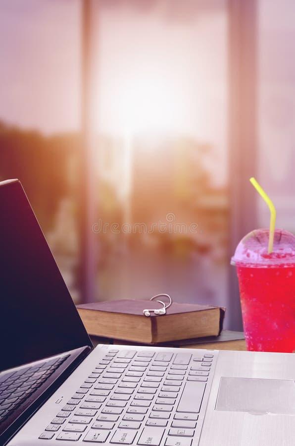 Posto di lavoro domestico con il computer portatile fotografia stock