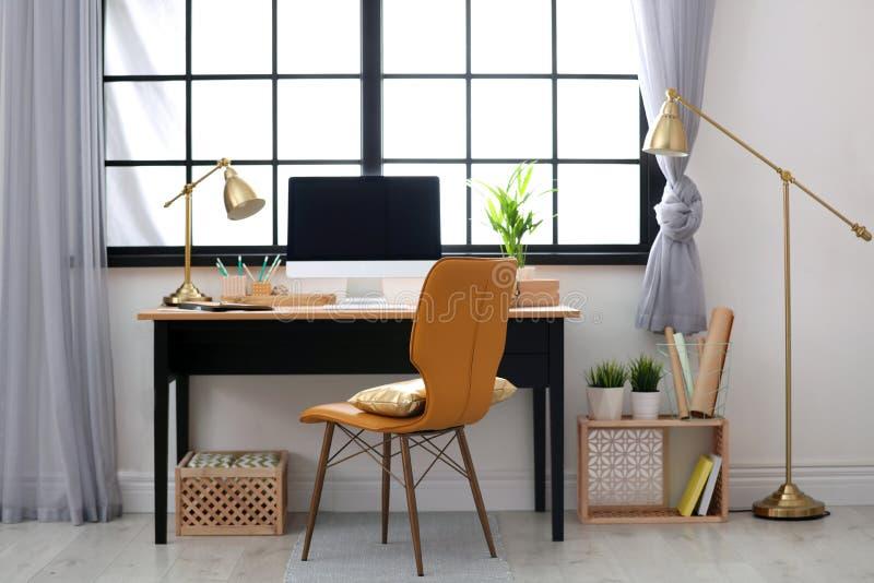Posto di lavoro domestico moderno con le casse di legno fotografia stock