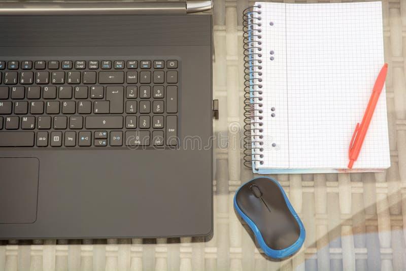 Posto di lavoro moderno del computer con lo spazio della copia in blocco note fotografia stock