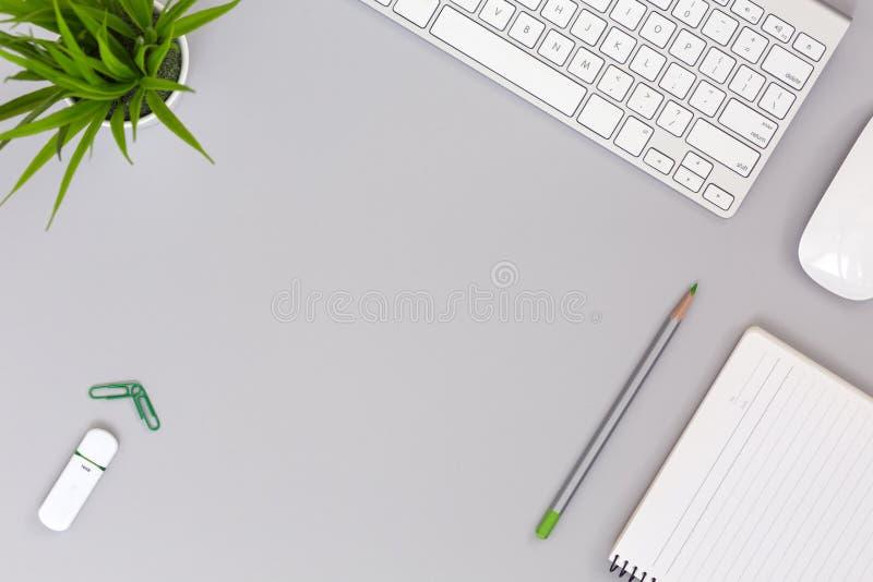 Posto di lavoro ordinato sugli oggetti grigi di affari e di stile di vita della Tabella immagini stock libere da diritti