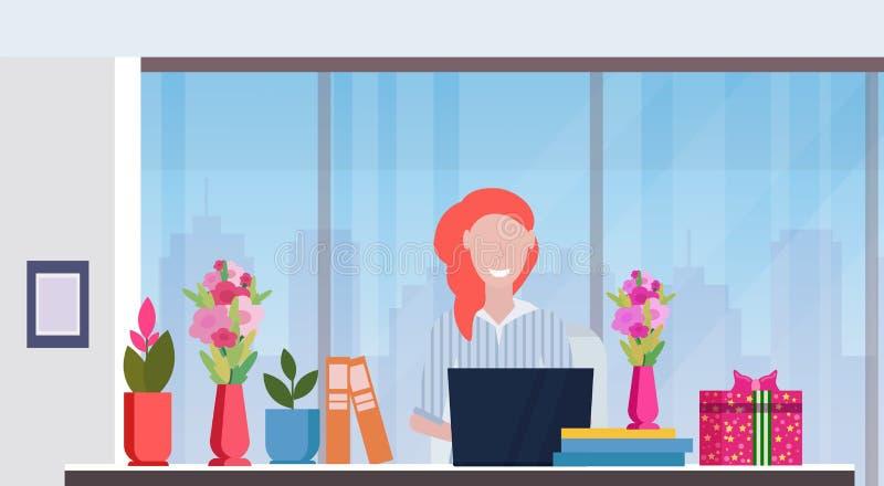 Posto di lavoro di seduta della donna di affari con i regali e le donne felici dei fiori festa di giorno dell'8 marzo che celebra illustrazione vettoriale