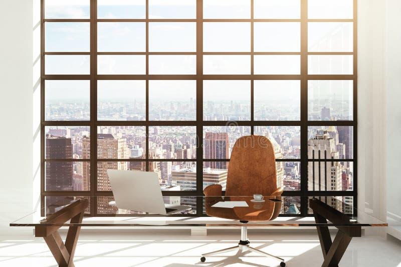 Posto di lavoro in un interno moderno bianco con la vista della città fotografia stock libera da diritti