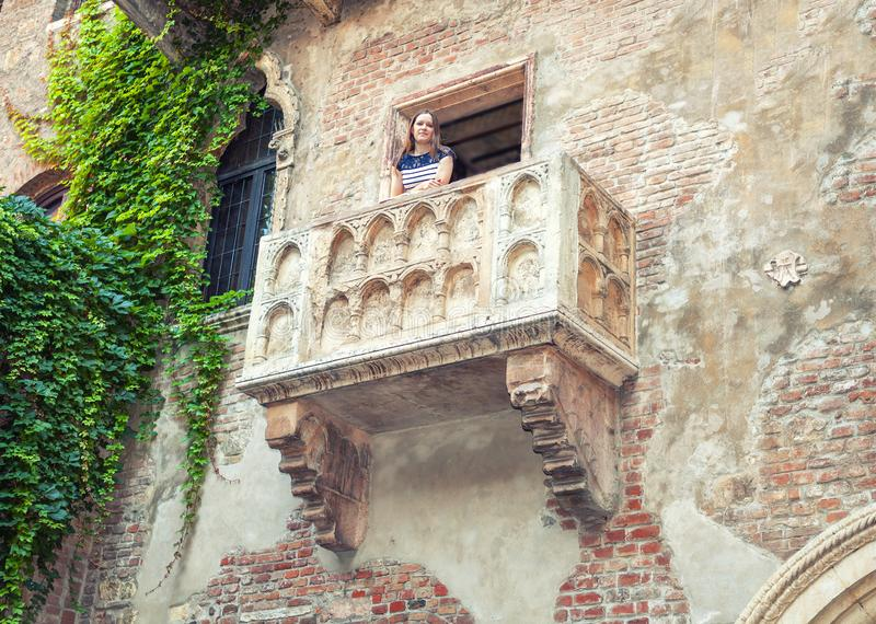 Posto famoso in Europa Balcone medievale di Juliet a Verona, Italia fotografie stock
