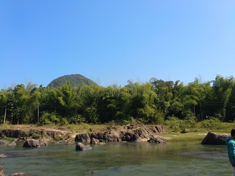 Posto greenary di turismo di piacere delle rocce del fiume immagine stock