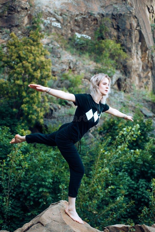 Posto pacifico Corsa e vacanza Armonia del ritrovamento di aiuti di yoga Fondo flessibile della natura di yoga di pratica del cor fotografie stock