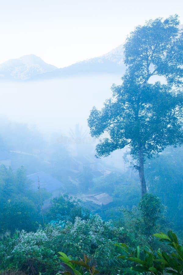 Posto pacifico Vista bella del distretto della BO Kluea nella foschia, nelle montagne e negli ambiti di provenienza del cielo di  fotografia stock libera da diritti