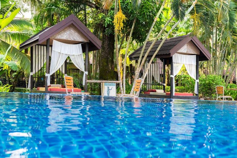 Posto per il massaggio tailandese alla bella piscina in tropicale con riferimento a fotografia stock libera da diritti