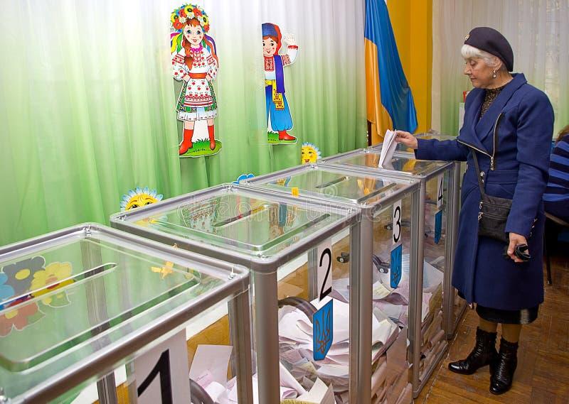 Posto per la gente degli elettori di voto nell'elezione politica nazionale seggi elettorali in Ucraina fotografie stock