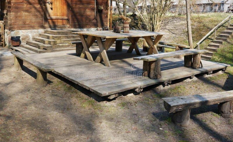 Posto per rilassamento e barbecue nel villaggio accanto ad un bagno di legno immagine stock libera da diritti