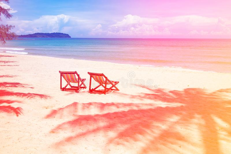 Posto perfetto della spiaggia tropicale per le sedie di rilassamento e vuote e palma dell'ombra sulla spiaggia vicino al mare royalty illustrazione gratis