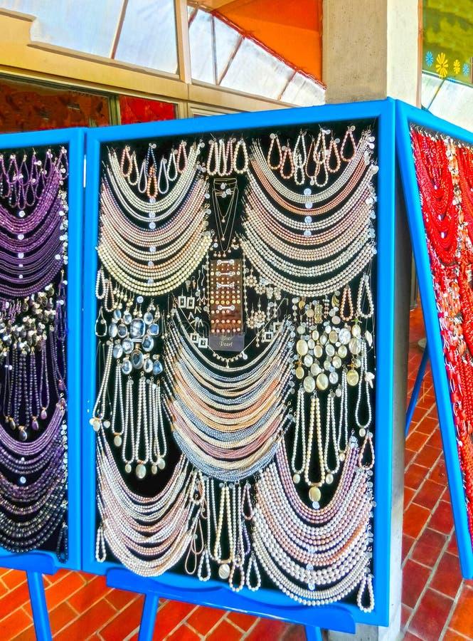 Postojna, Slovénie - 9 mai 2014 : Sort de perles colorées de différents minerais et de fond en pierre photographie stock libre de droits