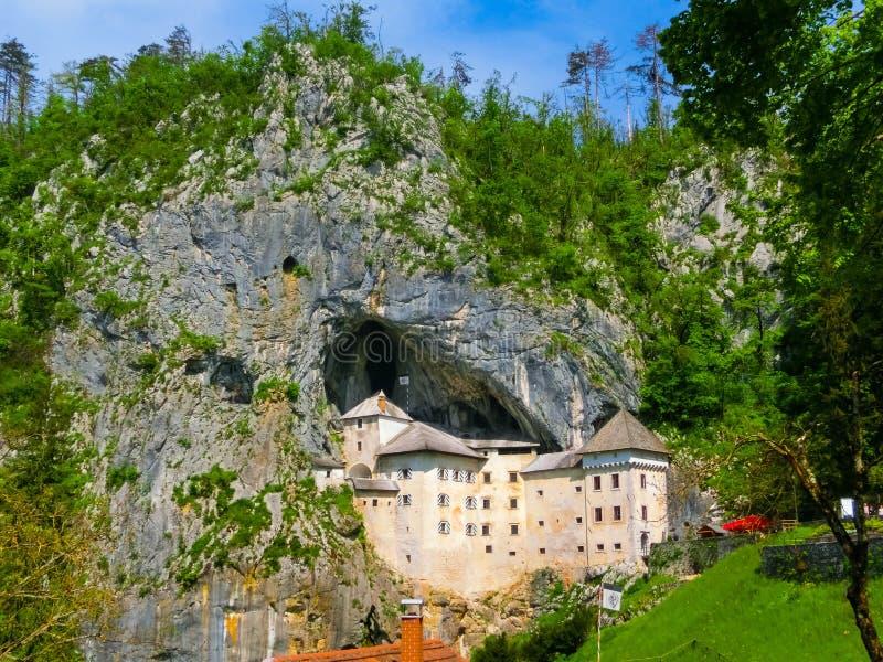 Postojna, Slowenien - 9. Mai 2014: Ansicht des Predjama-Schlosses lizenzfreie stockfotografie