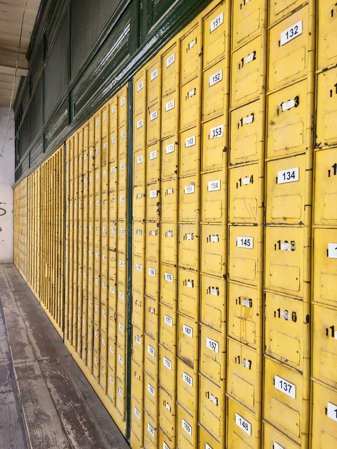 Postpostbox för gammal stil i stolpen - kontor royaltyfria bilder