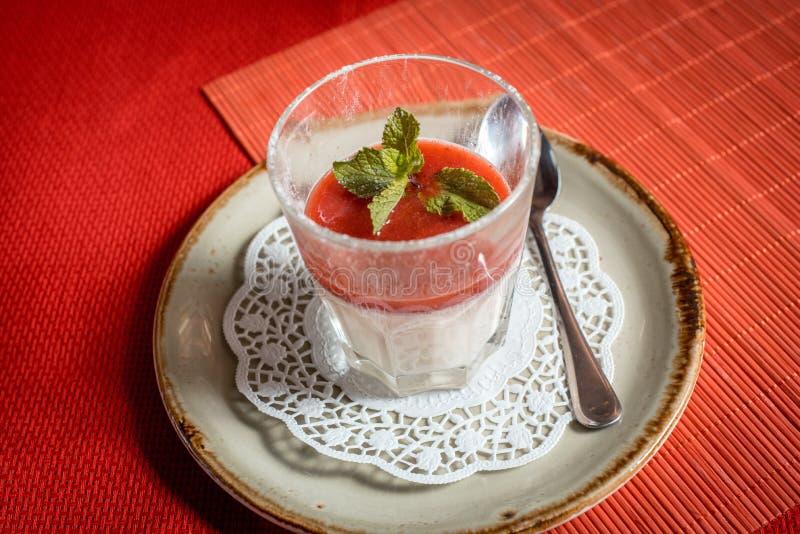 Postre con la fresa, el queso cremoso y la mermelada de fresa frescos sobre el vidrio imagen de archivo