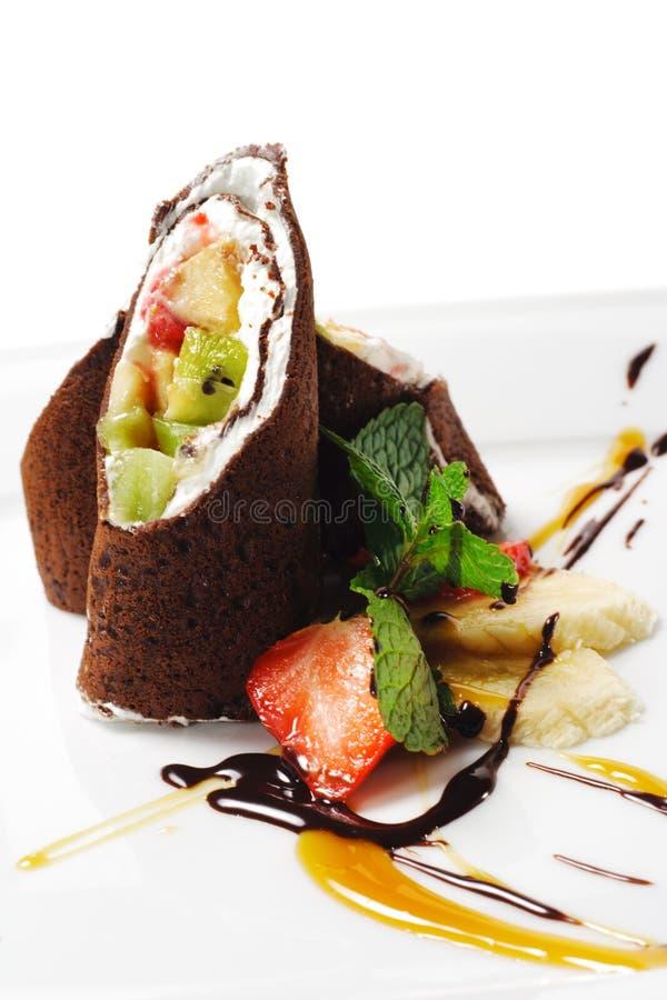 Postre - crepes del chocolate con las frutas foto de archivo libre de regalías