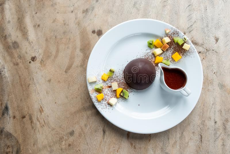 Postre de la bóveda del cacao del chocolate con las frutas de las rebanadas fotografía de archivo libre de regalías
