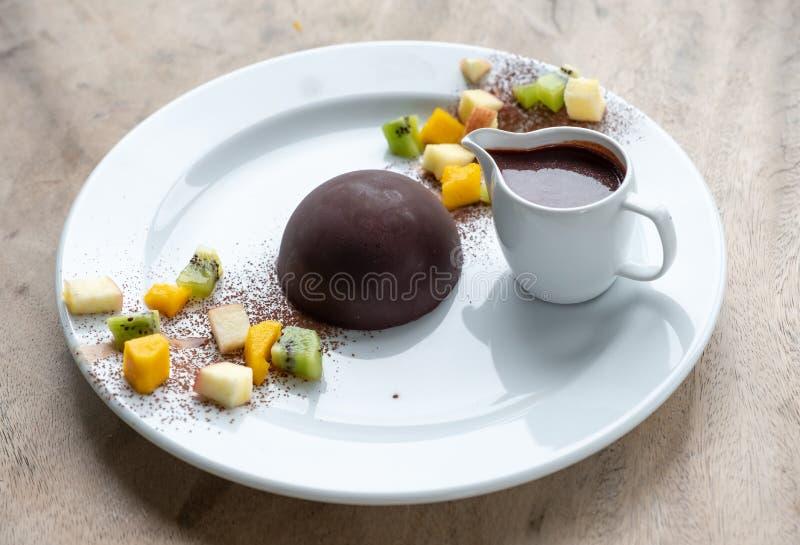 Postre de la bóveda del cacao del chocolate con las frutas de las rebanadas fotos de archivo libres de regalías