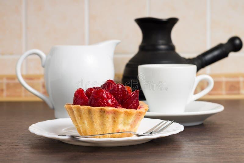 Postre de la fresa con la taza de café fotos de archivo libres de regalías