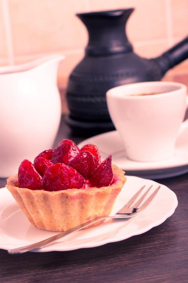 Postre de la fresa con la taza de café foto de archivo libre de regalías