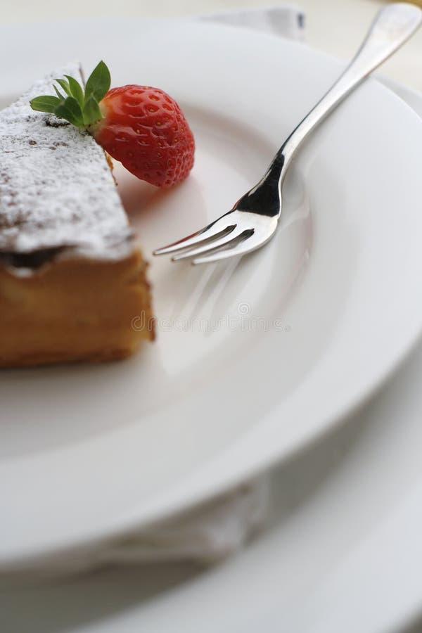 Postre de la fresa y del chocolate con la fork; visión macra alta imagen de archivo libre de regalías