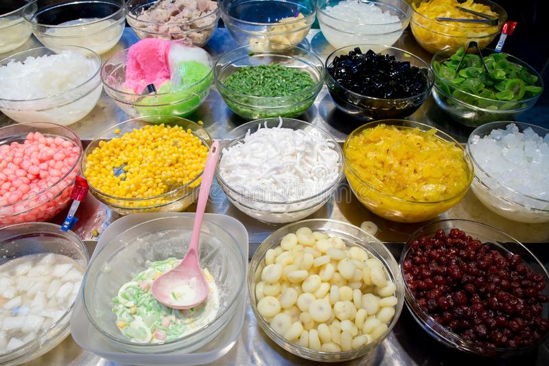 Postre de la mezcla con hielo, el dulce y la hierba en venta Variedades de postre tailandés colorido El rematar mezclado para el  imagen de archivo