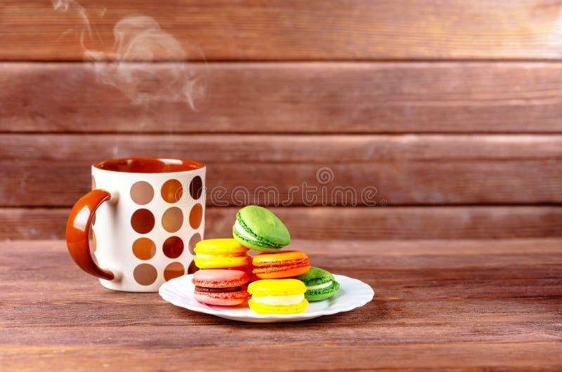Postre de Macarons y bebida caliente fotos de archivo libres de regalías