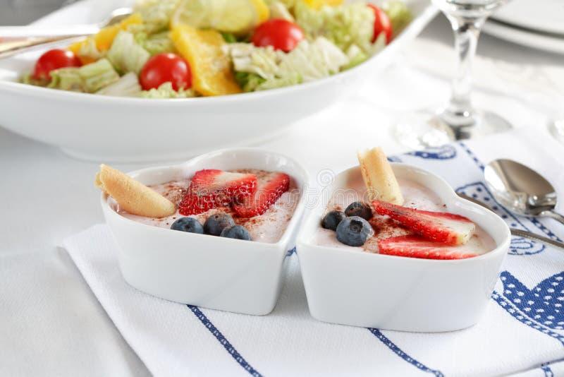 Postre del yogur con las frutas imagen de archivo