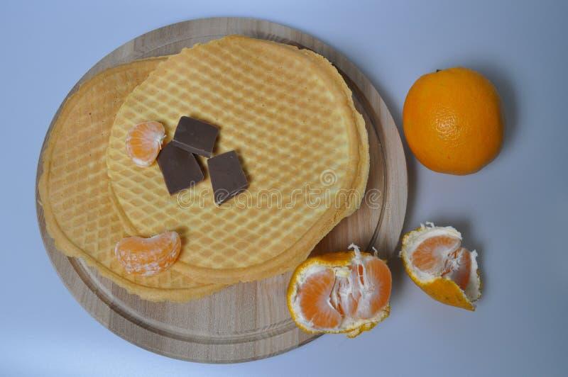 Postre delicado, dulce - obleas curruscantes con la fruta imagen de archivo libre de regalías