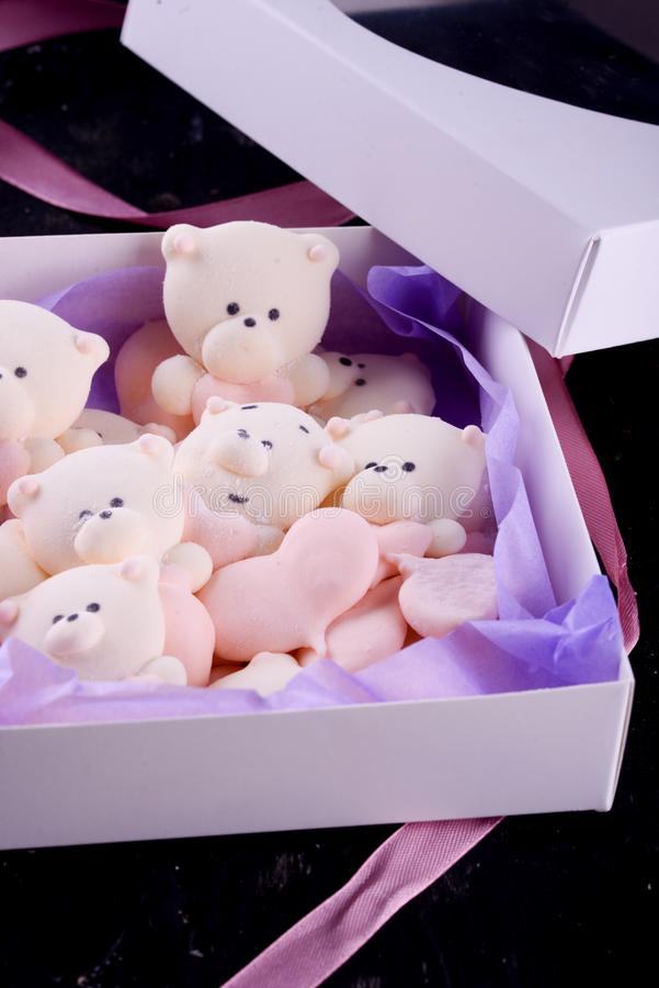 Postre delicioso, apetitoso, pikatny Melcochas bajo la forma de osos con un corazón Osos del corazón imágenes de archivo libres de regalías