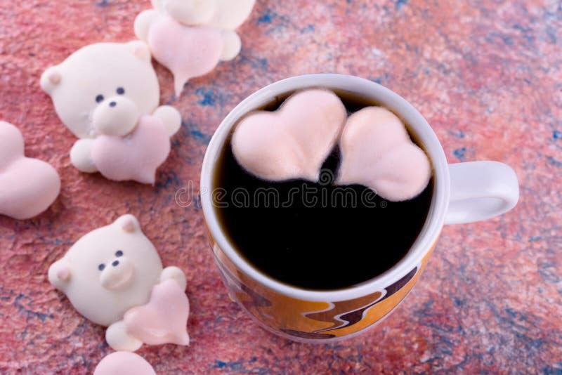 Postre delicioso, apetitoso, pikatny Melcochas bajo la forma de osos con un corazón Osos del corazón fotos de archivo libres de regalías