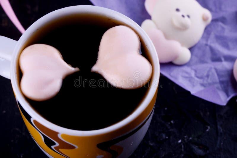 Postre delicioso, apetitoso, pikatny Melcochas bajo la forma de osos con un corazón Osos del corazón foto de archivo
