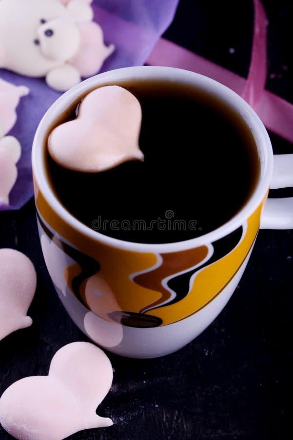 Postre delicioso, apetitoso, pikatny Melcochas bajo la forma de osos con un corazón Osos del corazón fotografía de archivo