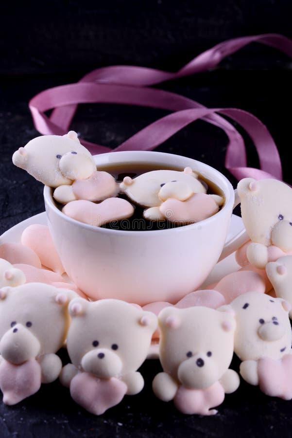 Postre delicioso, apetitoso, pikatny Melcochas bajo la forma de osos con un corazón Osos del corazón imagenes de archivo