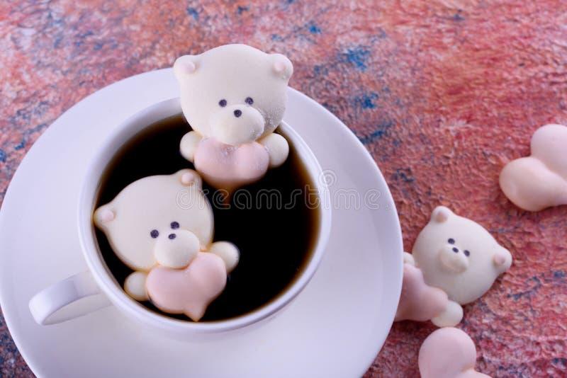 Postre delicioso, apetitoso, pikatny Melcochas bajo la forma de osos con un corazón Osos del corazón foto de archivo libre de regalías