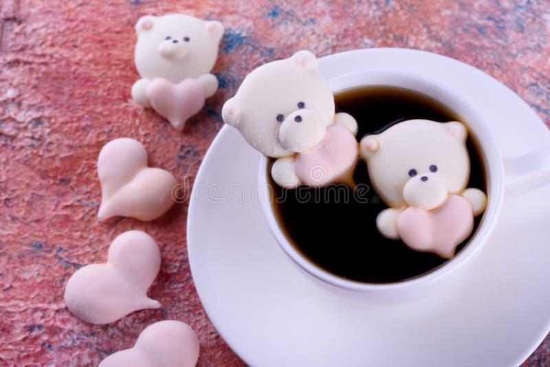Postre delicioso, apetitoso, pikatny Melcochas bajo la forma de osos con un corazón Osos del corazón imagen de archivo libre de regalías