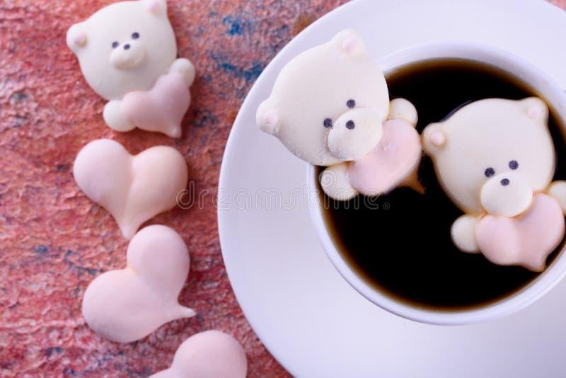 Postre delicioso, apetitoso, pikatny Melcochas bajo la forma de osos con un corazón Osos del corazón fotografía de archivo libre de regalías