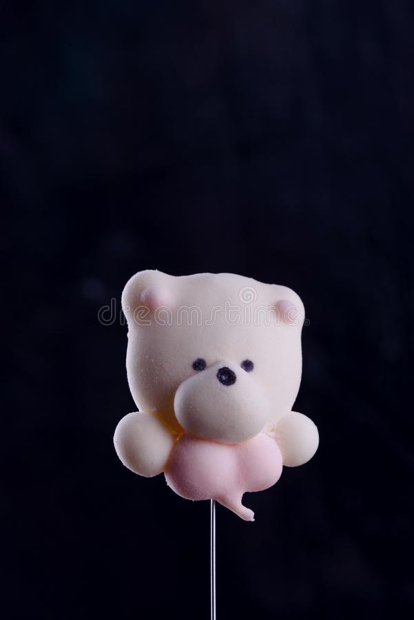 Postre delicioso, apetitoso, pikatny Melcochas bajo la forma de osos con un corazón Osos del corazón imagen de archivo