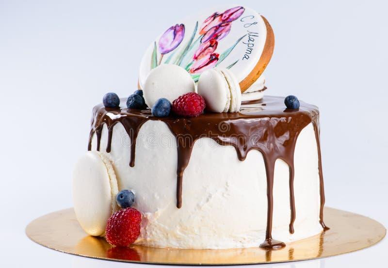 Postre dulce apetitoso Torta del esmalte con las melcochas, bayas fotos de archivo libres de regalías