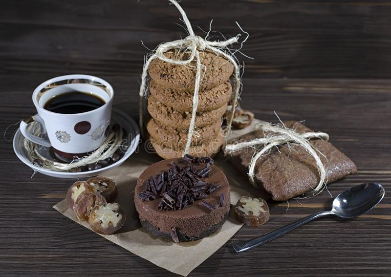 Postre dulce con café, pastel de queso del chocolate, la pila de galletas de harina de avena y el pan de jengibre en el fondo de  foto de archivo libre de regalías