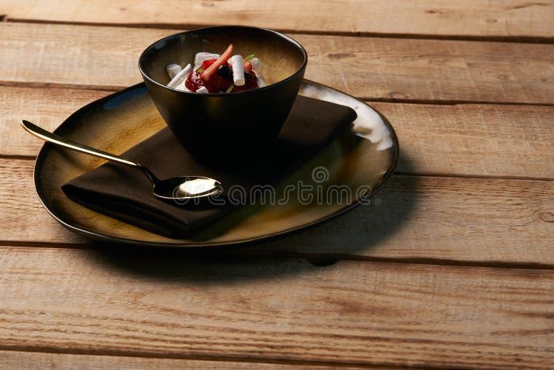 Postre dulce estonio Kama con la crema batida del yogur, bayas salvajes foto de archivo