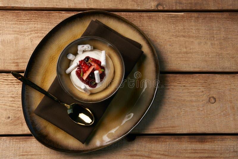 Postre dulce estonio Kama con la crema batida del yogur, bayas salvajes fotografía de archivo