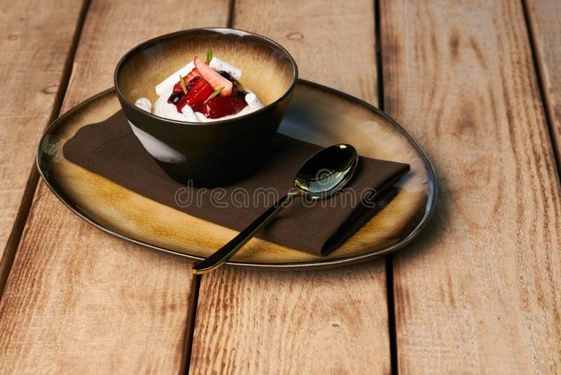 Postre dulce estonio Kama con la crema batida del yogur, bayas salvajes fotografía de archivo libre de regalías