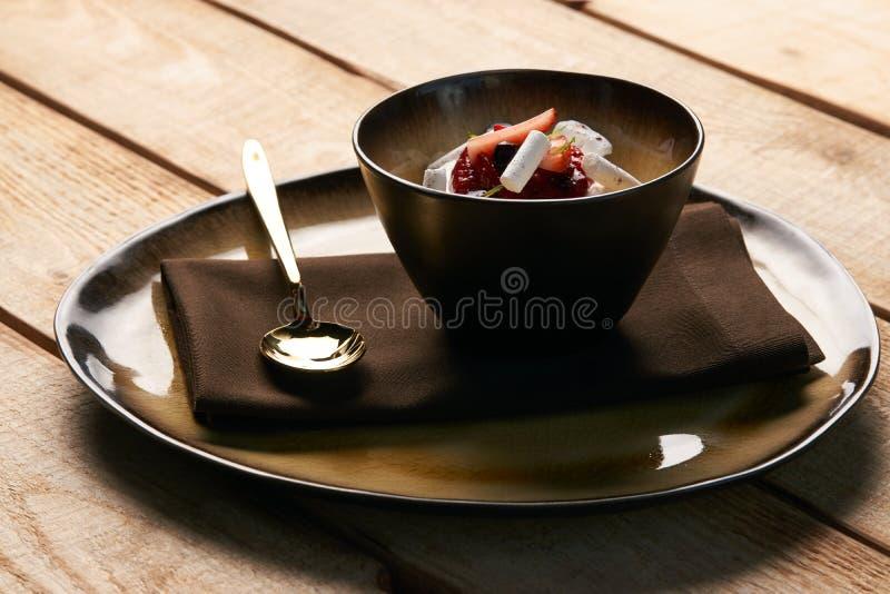Postre dulce estonio Kama con la crema batida del yogur, bayas salvajes fotos de archivo